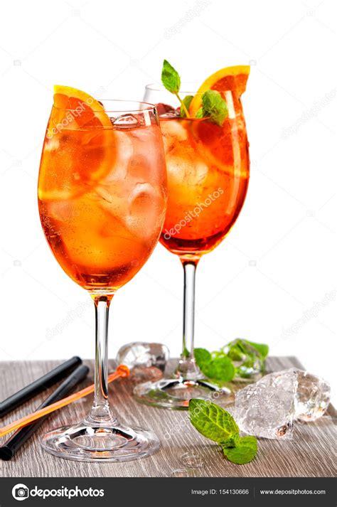 bicchieri aperol due bicchieri di aperol spritz foto stock