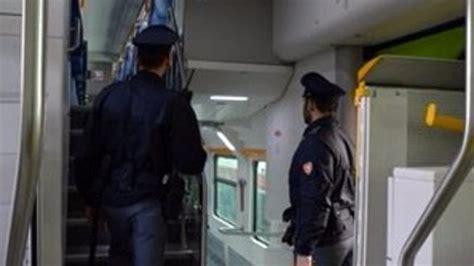 violentata in bagno rapinata presa a morsi e violentata nel bagno treno