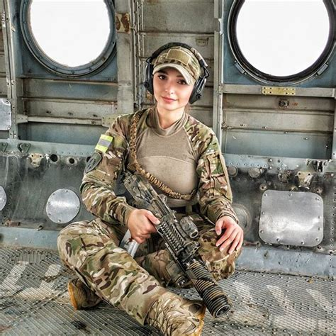 tentara wanita  cantik   ditemui didunia