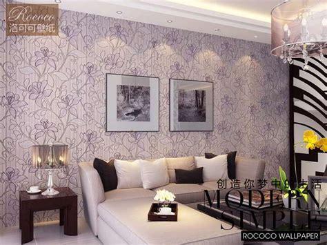 kertas dinding untuk ruang tamu contoh motif wallpaper dinding ungu ruang tamu interior