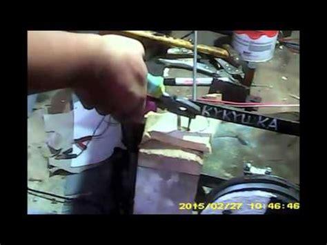 Gergaji Scroll Saw cara membuat lubang di papan kayu menggunakan gergaji scroll