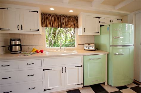 Early American Kitchen Cabinets Timeless Retro Cottage Kitchen Design Ideas And Other Terrific Interiors From The