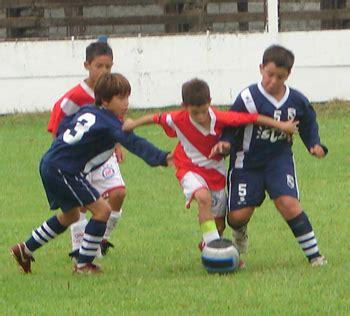 imagenes de niños jugando futbol en la calle ni 241 os jugando futbol en caricatura imagui
