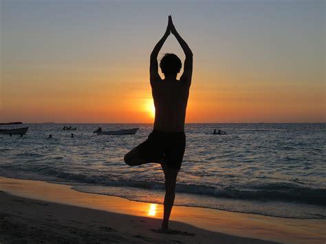 imagenes relax yoga foto gratis yoga playa atardecer relax imagen gratis