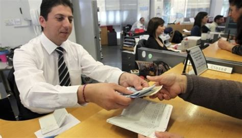 credito a personas con salario universal cuanto gana un cajero de banco dinero sueldo salario