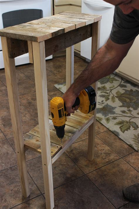 remodelaholic build a pallet table for 10