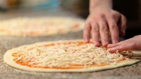 pizza in casa ricetta pizza fatta in casa come preparare la margherita perfetta