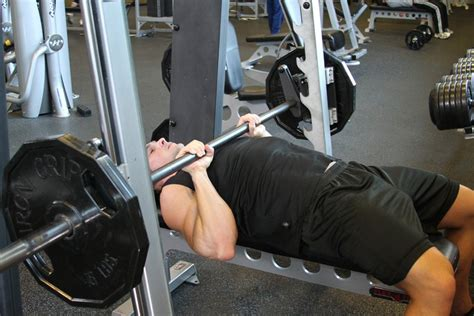 345 bench press smith machine close grip bench press how to do it video of performing technique