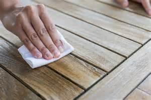 fettflecken aus teppich entfernen fettflecken auf holz entfernen 187 anleitung in 3 schritten