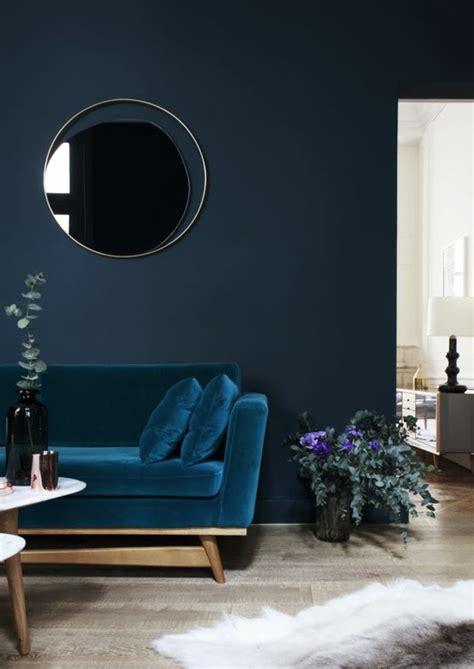 Ordinaire Quel Mur Peindre En Couleur Chambre #1: 0-couleur-de-peinture-bleu-foncé-fauteuil-bleu-sol-en-parquet-quel-mur-peindre-en-couleur.jpg