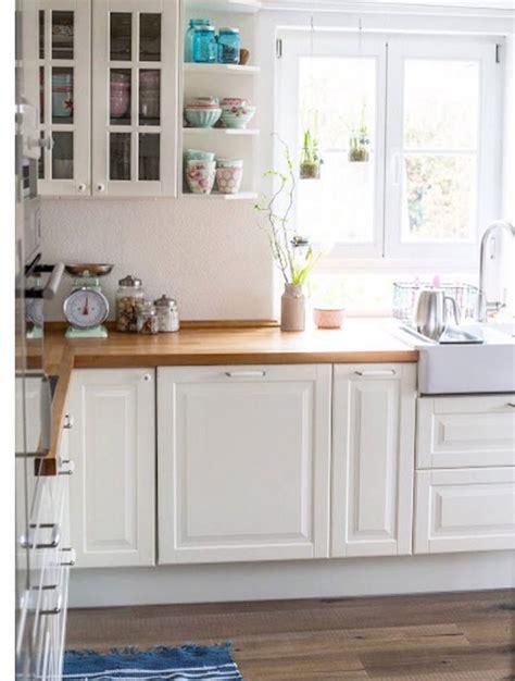 ikea küche geschirr wandfarbe grau rot
