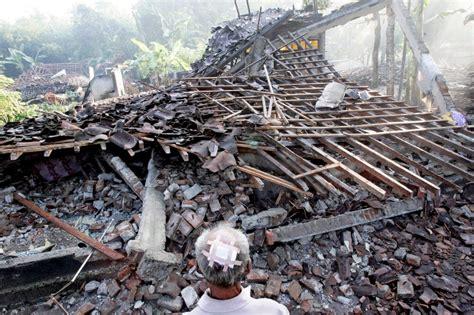 earthquake yogyakarta may 27 2006 devastating earthquake strikes indonesia