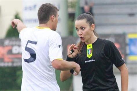 calciatori doccia finita per il calciatore che attacc 242 l arbitro donna