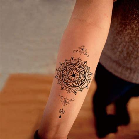 junge frau mit mandala tattoo am unterarm kleines tattoo