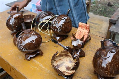 Gelas Minum Kerajinan Tangan Dari Batok Kelapa Ukiran Jepara kerajinan tangan dari batok kelapa dengan bentuk yang unik dan menarik fikr