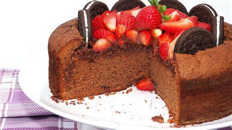 como decorar un bizcocho de chocolate bizcocho de chocolate con fresas y oreos animateacocinar