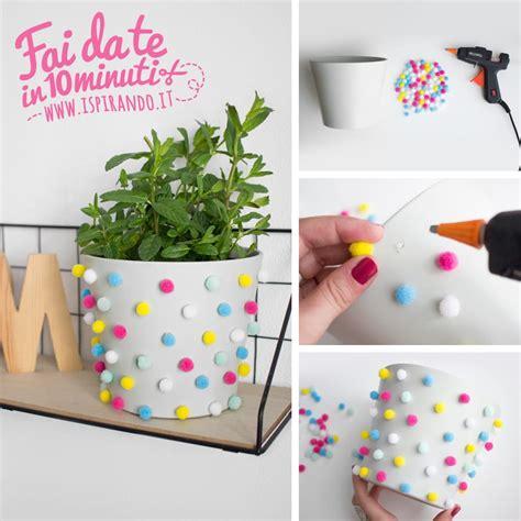 come decorare un vaso di terracotta un vaso di fiori decorato con i pon pon ispirando