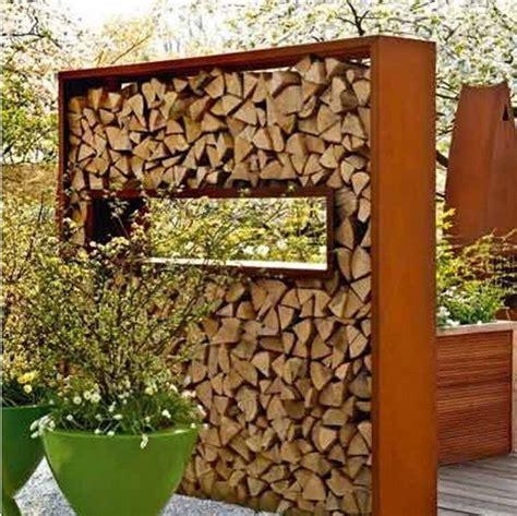 Sichtschutz Mit Brennholz sichtschutz im garten aufgeschichtetes brennholz