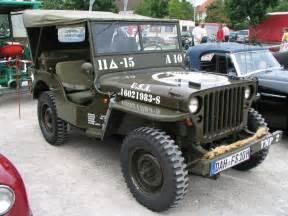 une voiture une miniature jeep willys filrouge automobile