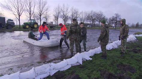 opblaasboot groningen militairen strijden tegen wateroverlast groningen youtube