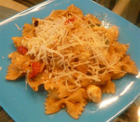 Sprei Set Pasta Salur tri colore pasta salad w sun dried tomato and