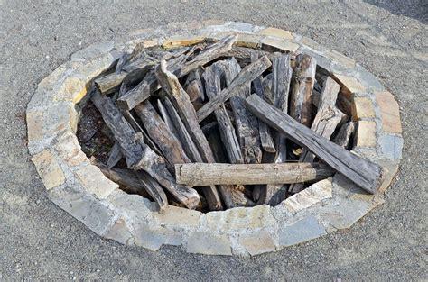 feuerstelle bauen welche steine feuerstelle mauern welche steine terrasse holz und stein