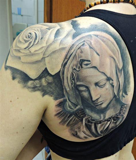 tattooed santa santa pieta realista realismo preto e branco ilario