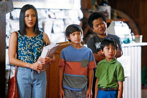 fresh off the boat season 4 eddie voice eddie huang s mom discovered mom jeans way before tina fey