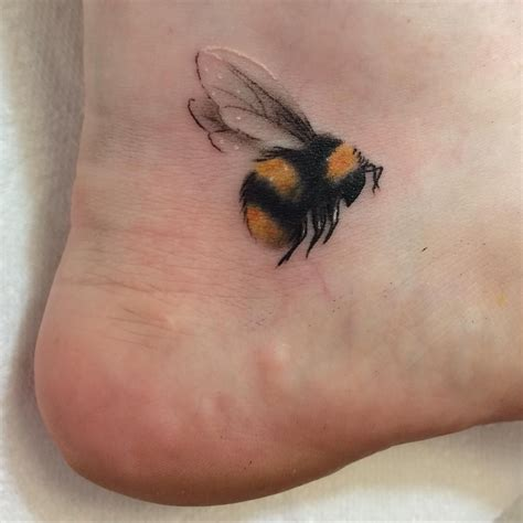 small bumble bee tattoo 刺青 tatouage tatuaggio татуировка