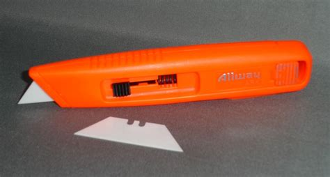 self retracting safety knife with ceramic blade