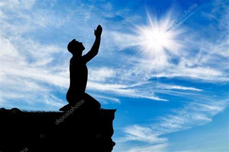 imagenes de hombres orando de rodillas silueta de hombre rezando fotos de stock 169 prazisss