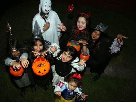 imagenes de halloween niños pidiendo dulces d 237 a de muertos vs halloween dos festividades con mucha