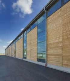 Sockel Architektur by Unsere Eigene Produktionshalle Durch Die Fassade Aus Viel Holz Und Glas F 252 Gt Sie Sich