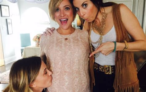 is kelly sullivan pregnant kelly sullivan made a baby announcement for her sister but