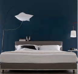 peinture chambre bleu nuit et t 234 te de lit taupe