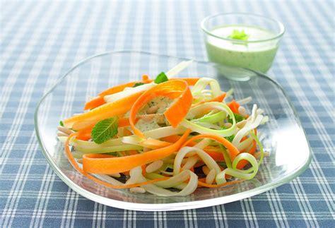 ricette con foglie di sedano tagliatelle di carote e gambi di sedano con pesto leggero