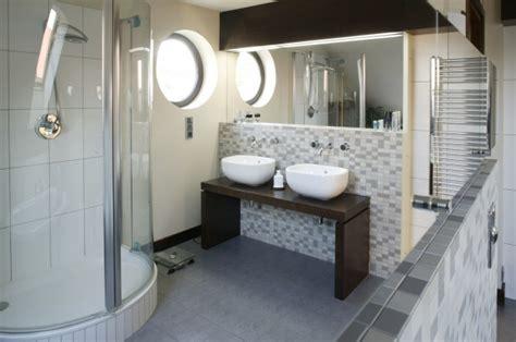 bidet z sedesem długie rzędy szafek z łazienka z dwiema umywalkami to