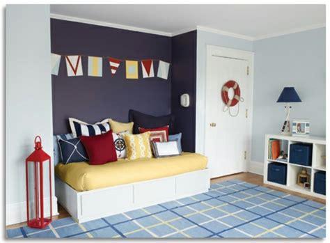 agréable Chambre Mauve Et Bleu #1: 3deco-chambre-gar%C3%A7on-peinture-chambre-enfant-en-bleu-clair-et-mauve-coussins-multicolores-tapis-bleu-%C3%A0-motifs-g%C3%A9om%C3%A9triques-th%C3%A8me-de-la-mer.jpg