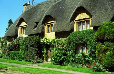 homes in uk englisho aca thatched houses in england