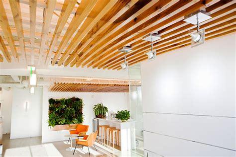 plafond suspendu en bois voir vert le portail du