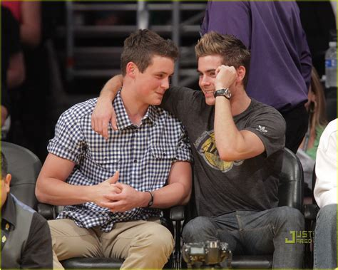 zac efron little brother zac efron lakers game with brother dylan photo 2537120