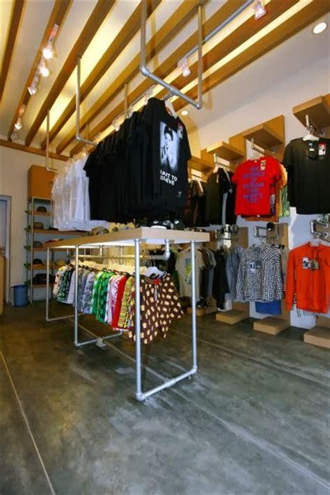 desain toko distro metal memilih model desain gantungan baju untuk toko pakaian