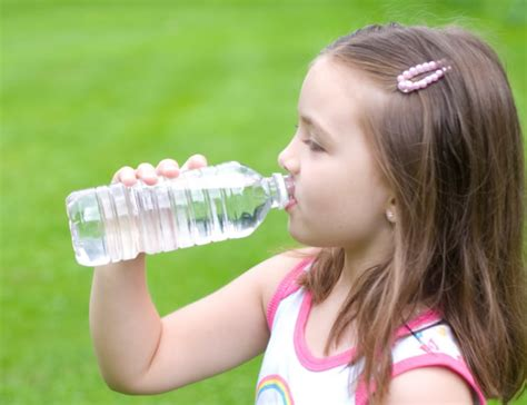 imagenes niños bebiendo agua 191 qu 233 cantidad de agua deben beber los ni 241 os
