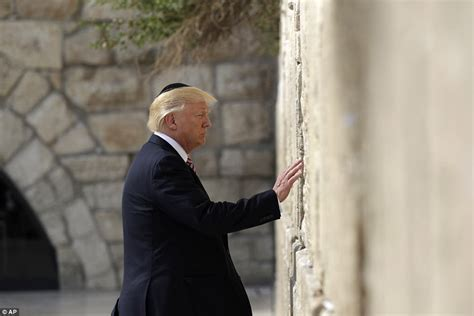 donald trump yerusalem trump visits jerusalem s western wall to pray daily mail