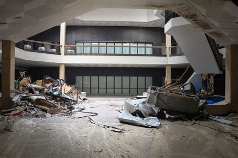 eerie abandoned shopping malls of america eerie look inside america s abandoned malls photos image
