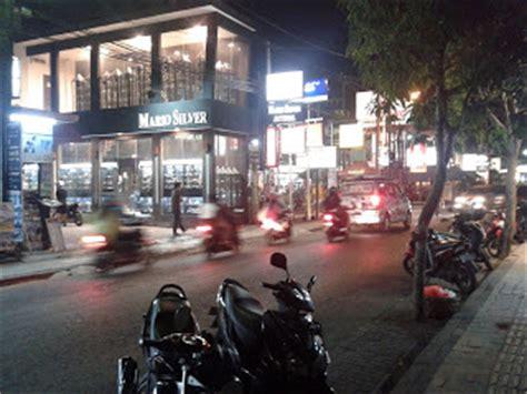 foto foto perjalanan jalan raya seminyak bali  malam hari