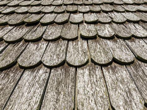 Tuiles Bois tuiles en bois pour sa toiture avantages et essences