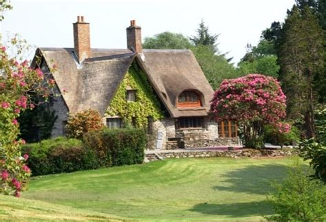 thatched cottages in ireland a thatched roofed cottage house