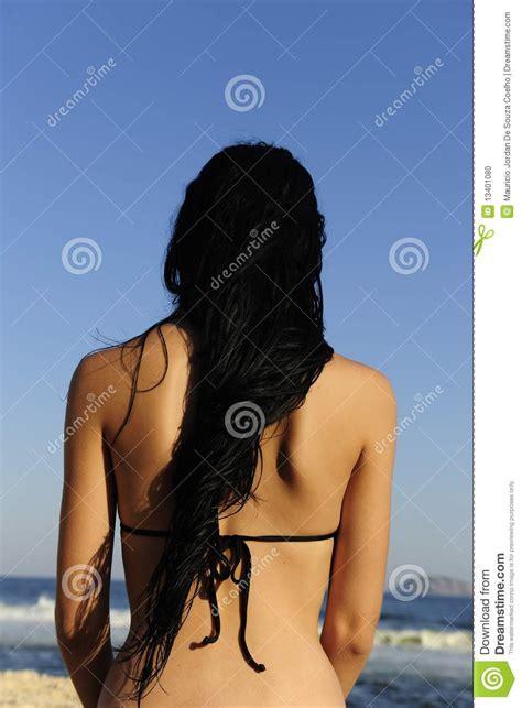 mujer con el pelo negro largo sano lujuriante foto de mujer con el pelo negro de largo mojado foto de archivo