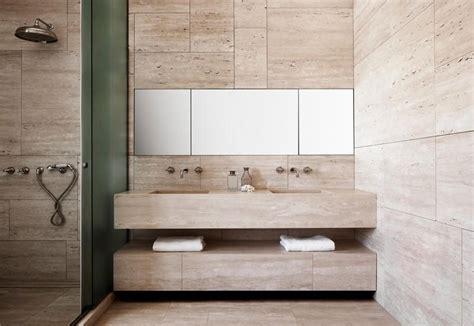 bagno travertino i bagni rivestiti in travertino chiaro di una casa a roma